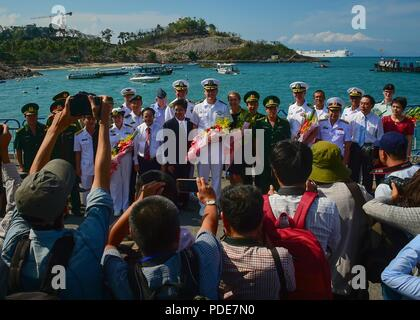 NHA TRANG, Vietnam (May 17, 2018) Soldiers, Sailors, Marines and Airmen currently assigned to Military Sealift Command hospital ship USNS Mercy (T-AH-19) participating in Pacific Partnership 2018 (PP18) pose for a group - Stock Photo