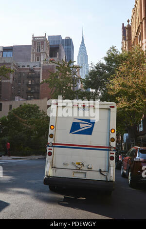 US Postal truck delivering mail in Tudor City, Manhattan - Stock Photo