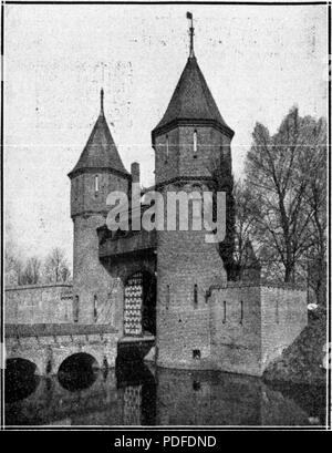 109 De Gooi- en Eemlander vol 067 no 189 KASTEEL DE HAAR. – De buitenste toegangspoort - Stock Photo