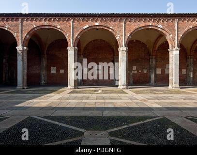 Italien Milano Mailand Kirche San Ambrogio 12 Jh  Atrium Pfeilerarkaden des Nordflügels Ausschnitt. Frühchristliche Kirche - Stock Photo