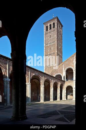 Italien Milano Mailand Kirche San Ambrogio 12 Jh Atrium innen mit Kanonikerturm links - Stock Photo