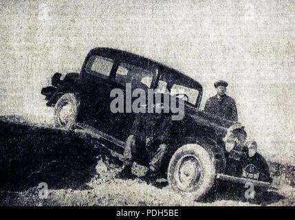 276 Rallye Monte Carlo 1934, le français Chazel futur 15e sur Peugeot, ici en Grèce avec son mécanicien Vassil Thodorov - Stock Photo