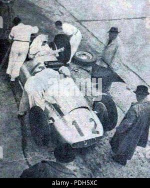 283 Rudolf Caracciola au ravitaillement (et futur vainqueur du Grand Prix d'Allemagne 1939 sur Mercedes-Benz W154 ) - Stock Photo