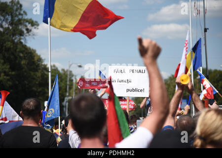 Bucharest, Romania. 10th August, 2018. Romanians who live abroad came home to protest in Bucharest, against the way Romania is governed and  call for the left-wing government to resign and an early election. Over 3 milion Romanians are living abroad, most of them left because of corruption, low wages and lack of opportunities. Credit: Alberto Grosescu/Alamy Live News - Stock Photo