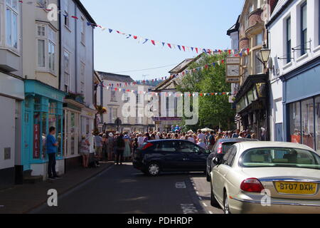 crowd-gather-in-sidmouth-town-under-festive-bunting-at-the-folk-festival-east-devon- uk-august-2018-pdhrdp jpg