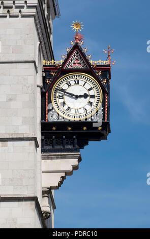 1874–1882 von George Edmund Street erbaut, Uhr - Stock Photo