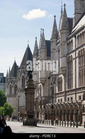1874–1882 von George Edmund Street erbaut, links der Dragon City of London - Stock Photo