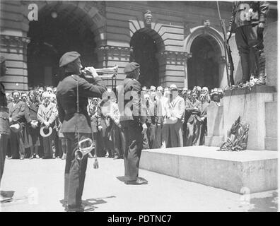 194 SLNSW 9585 Bugler of the Australian Tank Corps blows Last Post - Stock Photo