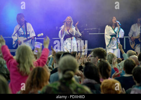 Shrewsbury Flower Show 10/8/18. Abba Reunion entertained crowds in the evening Credit: Susie Kearley/Alamy Live News - Stock Photo