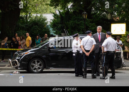 New York, USA, 10 Aug 2018.  Mayor Bill DeBlasio surveys the scene of a deadly car accident on Friday evening, where a 23-year-old woman on a bicycle was struck and killed by a private garbage truck while riding in the bike lane. Credit: SCOOTERCASTER/Alamy Live News - Stock Photo