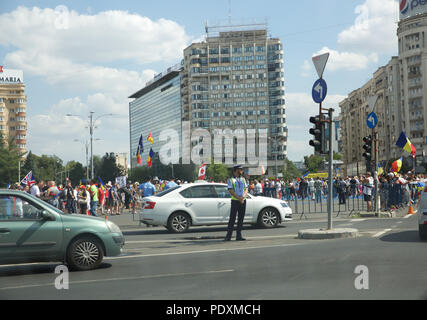 Bucharest, Romania,10th August 2018,Tens of thousands of people took to the streets in Bucharest to protest against Romania's Government over allegations of corruption. Police used tear gas and batons to disperse the huge crowds which also included people who had returned home from abroad to protest. Credit: Keith Larby/Alamy Live News - Stock Photo