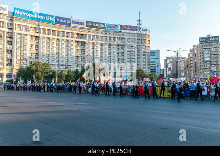 Bucharest, Romania. 11th August 2018. Protests in Bucharest / Romania on August 11 2018 against the corrupt government ruled in majority by the Social Democrat Party. Credit: Marius Eduard Canura/Alamy Live News - Stock Photo