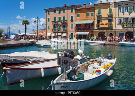 Fischerboote im Hafen von Lazise, Gardasee, Provinz Verona, Italien | Fisching boats at the harbour of Lazise, Garda lake, province Verona, Italy - Stock Photo