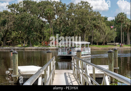 Hontoon Island State Park, DeLand, Florida, USA. Electric ferry crossing St Johns River. - Stock Photo