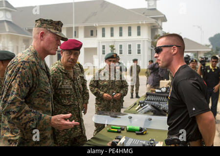 Maj. Gen. Dato' Mohd Suhaimi bin Hj Mohd Zuki, commanding general of the Malaysian Army Training and Doctrine Command, and Brig. Gen. Edward D. Banta (left), commanding general of Marine Corps Installations West, speak to Sgt. Christopher Nowlin, a non-lethal weapons instructor with 3rd Law Enforcement Battalion, III Marine Expeditionary Force, during Non-lethal Weapons Executive Seminar, Sept. 16, 2015. NOLES is an annual exercise hosted by U.S. Marine Corps Forces, Pacific and is the U.S. Pacific Command's premier multilateral theater security cooperation event for non-lethal weapons. Non-le - Stock Photo