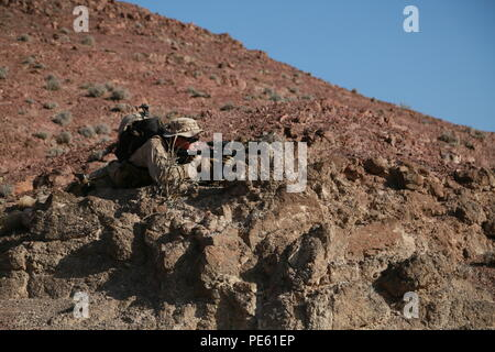 ARTA BEACH, Djibouti (Sept. 29, 2015) U.S. Marine 1st Lt. Michael Hosteny provides security for his squad during a patrolling exercise during a desert survival course with the French 5th Overseas Combined Arms Regiment (RIAOM). Hosteny is the executive officer of Delta Company, 1st Light Armored Reconnaissance Detachment, Battalion Landing Team 3rd Battalion, 1st Marine Regiment, 15th Marine Expeditionary Unit. Elements of the 15th MEU are training with the 5th RIAOM in Djibouti in order to improve interoperability between the MEU and the French military. (U.S. Marine Corps photo by Sgt. Steve - Stock Photo