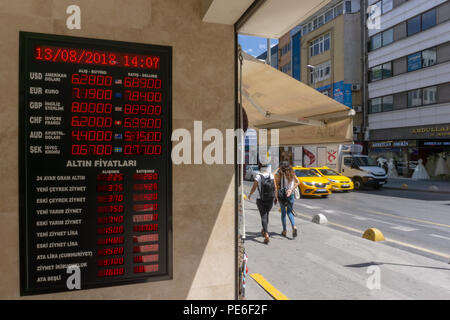 Istanbul, Turkey. 13th August, 2018. he Turkish Lira sank to a record low and a bad day for Turkish bazaars while markets rattled Credit: Engin Karaman/Alamy Live News - Stock Photo