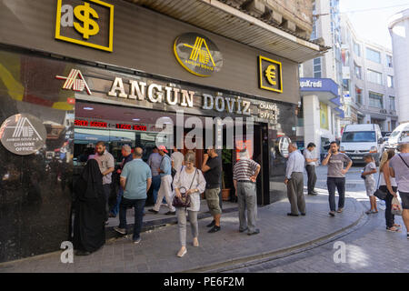 Istanbul, Turkey. 13th August, 2018. Anxious waiting in front of change offices in Istanbul amid Turkish Lira sank to a record low Credit: Engin Karaman/Alamy Live News - Stock Photo