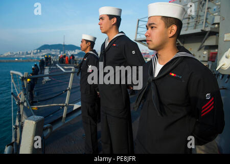 151030-N-XM324-023BUSAN, Republic of Korea (Oct. 30, 2015) Sailors man the rails aboard the Arleigh Burke-class guided-missile destroyer USS Fitzgerald (DDG 62) as the ship arrives in Busan. Fitzgerald is participating in bilateral training with the Republic of Korea Navy to strengthen the U.S.-ROK alliance and improve regional security. (U.S. Navy photo by Mass Communication Specialist 3rd Class Patrick Dionne/Released) - Stock Photo