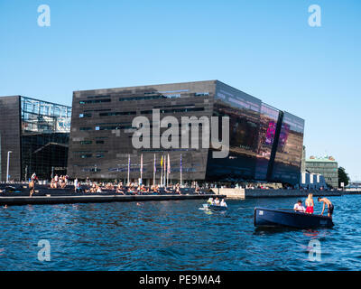 The Black Diamond - Royal Danish Library, Heatwave with people in Boats, Copenhagen, Zealand, Denmark, Europe. - Stock Photo