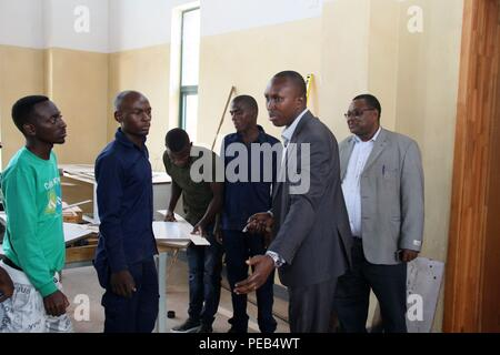Musanze, Rwanda. 13th Aug, 2018. Emile Abayisenga (2nd R), principal of Integrated Polytechnic Regional College Musanze and chairman of Musanze district council, instructs students at a workshop in the college in Musanze district, northern Rwanda, on Aug. 8, 2018. As the largest polytechnic in northern Rwanda, the college, constructed by Chinese enterprise China Geo-Engineering Corporation using funds from the Chinese government, is playing an important role in training technical persons in Rwanda. Credit: Lyu Tianran/Xinhua/Alamy Live News - Stock Photo