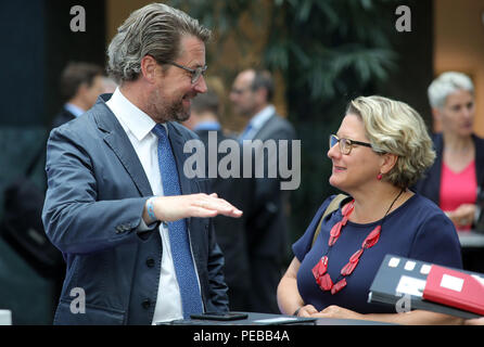 Germany, Berlin. 14th Aug, 2018. Andreas Scheuer (CSU), Federal Minister of Transport and Svenja Schulze (SPD), Federal Minister of the Environment, talk to the mayors of Bonn, Essen, Herrenberg, Mannheim and Reutlingen at the beginning of a meeting at the Federal Ministry of Transport. The cities are to present measures for the further development of public transport to reduce nitrogen oxide pollution from diesel exhaust gases. Credit: Wolfgang Kumm/dpa/Alamy Live News - Stock Photo