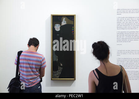 Visitors in front of the painting 'Sisters' ('Friends I') by Austrian symbolist painter Gustav Klimt (1907) displayed at his exhibition in the Leopold Museum in Vienna, Austria. The exhibition marking the centenary of the death of Gustav Klimt runs till 4 November 2018. - Stock Photo
