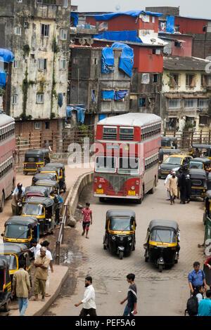 Double decker bus and auto rickshaws on Station road, Bandra, Mumbai, India - Stock Photo