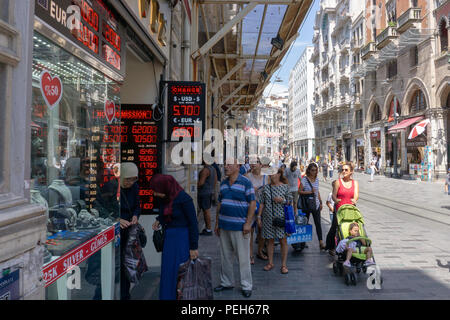 Istanbul, Turkey. 15th August 2018. People watching the change in Turkish currency Credit: Engin Karaman/Alamy Live News - Stock Photo