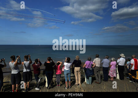 Cromer, Norfolk, UK. 15th Aug 2018. People watching The Royal Air Force Red Arrows display team perform their show at the Cromer Carnival, Cromer, Norfolk, on August 15, 2018. Credit: Paul Marriott/Alamy Live News - Stock Photo