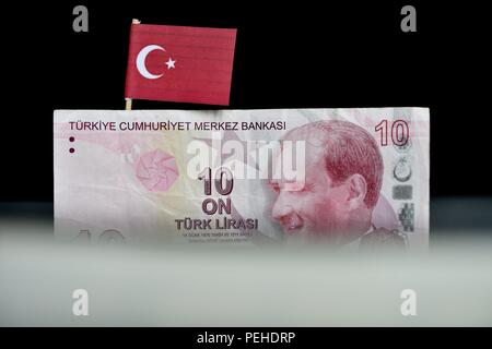 Osterode Am Harz, Germany. 15th Aug, 2018. Illustration: A Turkish lira banknote bearing the picture of modern Turkey's founder Mustafa Kemal Ataturk, Germany, city of Osterode, 15. August 2018. Credit: Frank May | usage worldwide/dpa/Alamy Live News - Stock Photo