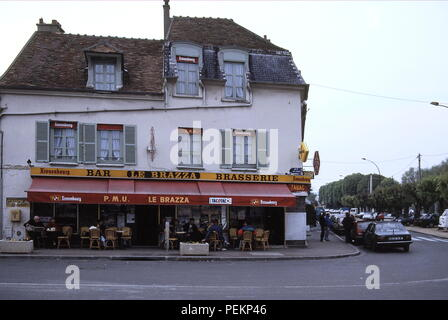 AJAXNETPHOTO. PORT MARLY, FRANCE. - CAFE FAMED BY ART - CAFE LE BRAZZA CLOSE TO THE RIVER SEINE, MADE FAMOUS BY THE IMPRESSIONIST ARTIST ALFRED SISLEY IN HIS 1876 PAINTING 'L'INONDATION A PORT MARLY'. PHOTO:JONATHAN EASTLAND/AJAX REF:090623 - Stock Photo