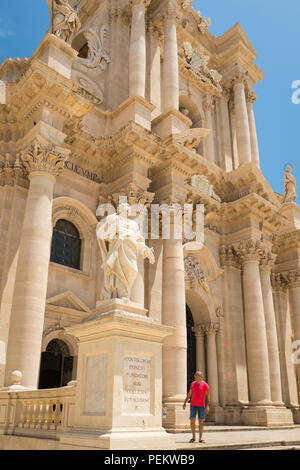 Italy Sicily Syracuse Siracusa Ortygia Piazza Duomo Baroque Duomo Templo di Minerva cathedral Saint Bishop Zosimo facade detail pillars statue - Stock Photo