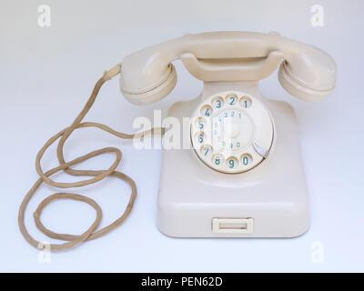 Antikes elfenbeinfarbiges Telefon W48 aus Backelit 50er Jahre - Stock Photo