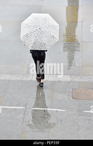 Trafalgar Square, London, UK. 16th August 2018. Rain falls in central London. Credit: Matthew Chattle/Alamy Live News - Stock Photo