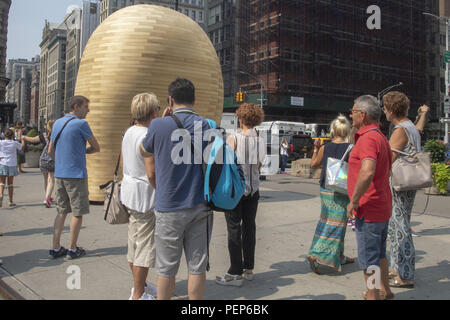 New York City, Estados Unidos. 16th Aug, 2018. New York, USA. 16th August 2018. People watch the sculpture 'Link' by Spanish sculptor Jorge Palacios, in front of the Flatiron Square building, in New York, United States, 16 August 2018. Credit: Miguel Rajmil Credit: EFE News Agency/Alamy Live News/EFE/Alamy Live News - Stock Photo