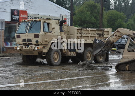 N.Y. Army National Guard Soldiers assigned to the 827th Engineer Company respond to flooding in Binghamton, N.Y., Aug. 15, 2018. Soldiers were responding to flooding throughout many areas of Binghamton assisting civilians and the Department of transportation. (N.Y.Army National Guard photo by Spc. Andrew Valenza) - Stock Photo