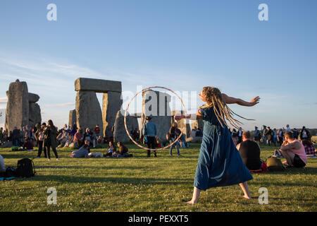 Hippy hoola hoopa at Stonehenge Summer Solstice 2018 - Stock Photo