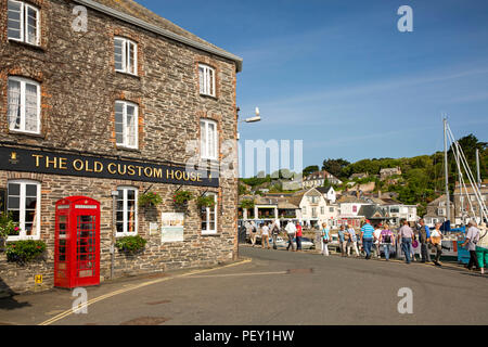 UK, Cornwall, Padstow, South Quay, old red K6 phone box outside The Old Custom House Hotel - Stock Photo