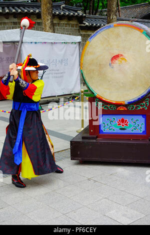 Ceremony of the guards in front of the Deoksugung royal palace, Seoul, South Korea, Asia. - Stock Photo