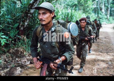 Kisan anti-Sandinista rebel Miskito Indian Contras preparing a raid across the Honduran border into Nicaragua, July 1986 - Stock Photo