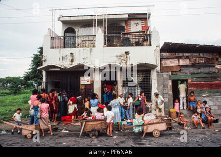 Managua, Nicaragua, June 1986. People queuing to buy fresh meat at a shop in the old centre of Managua. - Stock Photo