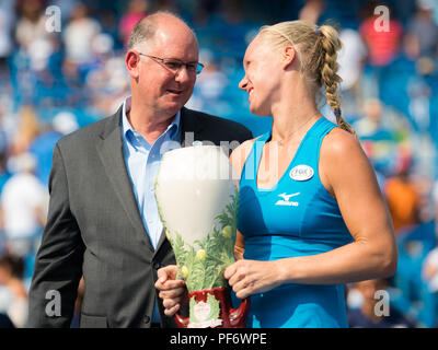 August 19, 2018 - Kiki Bertens of the Netherlands with the winners trophy of the 2018 Western & Southern Open WTA Premier 5 tennis tournament. Cincinnati, Ohio, USA. August 19th 2018. Credit: AFP7/ZUMA Wire/Alamy Live News - Stock Photo