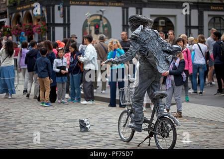 Edinburgh, Scotland, UK. 20 August 2018. Edinburgh Fringe Royal Mile,  the street statues entertain the passing audience. - Stock Photo