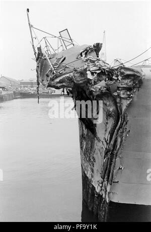 AJAXNETPHOTO. 13TH NOVEMBER, 1975. PORTSMOUTH, ENGLAND. -  BOW OF THE GP LEANDER CLASS FRIGATE HMS ACHILLES (2500 TONS). THE FRIGATE COLLIDED WITH LIBERIAN OIL TANKER OLYMPIC ALLIANCE 1 MILES S.E. OF DOVER NEAR VARNE LIGHTSHIP ON NIGHT OF 12/13 NOV 1975. THREE CREWMEN ON ACHILLES WERE INJURED. PHOTO:JONATHAN EASTLAND/AJAX REF:751311 2