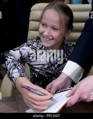 Veliky Novgorod, Russia. 21st Aug, 2018. VELIKY NOVGOROD, RUSSIA - AUGUST 21, 2018: Born with a congenital hand malformation, Maria Gaidukova, 9, receives a modular bionic prosthetic hand after two weeks of tests; developed by Veliky Novgorod's Tekhbionik scientific research company led by engineer Stanislav Muravyov (not pictured), and unparalleled in Russia, the prosthesis features three different grip patterns controlled by electrical impulses in an operator's muscles. Alexander Demianchuk/TASS Credit: ITAR-TASS News Agency/Alamy Live News - Stock Photo
