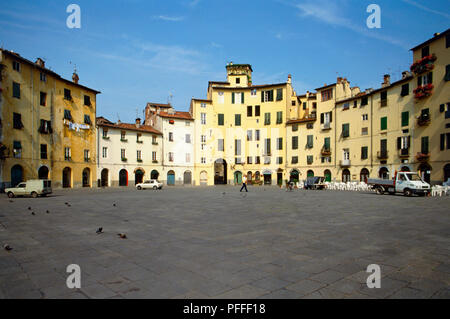 Italy, Tuscany, Lucca, Piazza del Mercato, echoing the shape of the original Roman amphitheatre. - Stock Photo