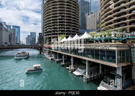 View of the Chicago River from the State Street Bridge, Marina Towers, Downtown Chicago. - Stock Photo