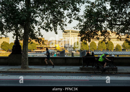 London, UK. 21st Aug, 2018.  Trafalgar Square, The Strand and Embankment in August Sunshine. Late August afternoon sunshine bathes Trafalgar Square, The Strand and the Embankment as commuters make their way home and tourists enjoy the views. © Peter Hogan/Alamy Live News - Stock Photo