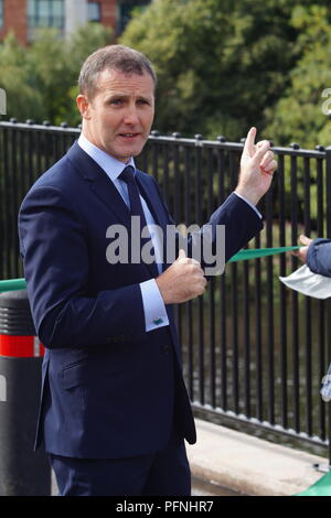 Glasgow, UK, 22nd August 2018, Glasgow,UK: Official opening of the new Polmadie footbridge connecting Glasgow Green park with Oatlands, with Michael Matheson cabinet secretary cutting the ribbon and chatting to local residents. Credit: Pawel Pietraszewski / Alamy Live News - Stock Photo
